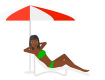 Женщина сидя в шезлонге Стоковое Изображение RF