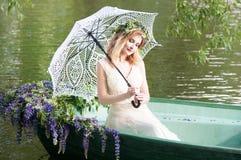 Женщина сидя в шлюпке под зонтиком шнурка Лето Стоковое Изображение RF