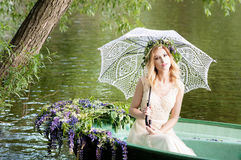Женщина сидя в шлюпке под зонтиком шнурка Лето Стоковая Фотография RF