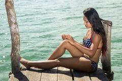 Женщина сидя на моли Стоковые Изображения