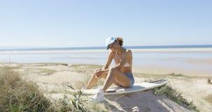 Женщина сидя на доске Стоковая Фотография RF