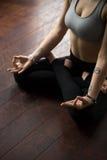 Женщина сидя на поле в представлении Padmasana, делая жест mudra Стоковое Изображение RF