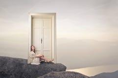 Женщина сидя на поле Стоковое фото RF