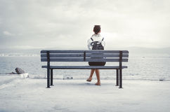 Женщина сидя на стенде Стоковые Изображения RF