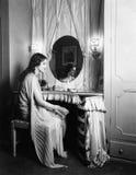 Женщина сидя на таблице шлихты (все показанные люди более длинные живущие и никакое имущество не существует Гарантии поставщика к Стоковое Изображение