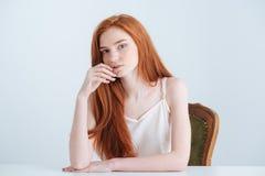 Женщина сидя на таблице стоковое фото rf