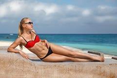 Женщина сидя на Zanzibar& x27; пляж s стоковые фотографии rf