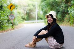 Женщина сидя около дороги стоковые фотографии rf