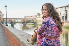 Женщина сидя около vecchio ponte в Флоренции Стоковое Изображение RF