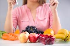 Женщина сидя передняя серия плодоовощей Стоковое Фото