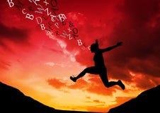 женщина скача в силуэт горы при текст приходя вверх от ее головы заход солнца померанцового красного цвета Стоковое фото RF