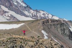 Женщина скачет вдоль следа к горе Берроуза Стоковые Изображения