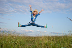 Женщина скачет в поле зеленой травы Стоковое Изображение