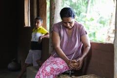 Женщина скрежеща кокос Стоковые Изображения