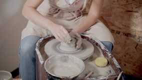 Женщина скульптора глина моделирования на гончарах катит внутри студ акции видеоматериалы