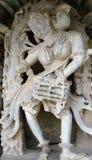 Женщина скульптур виска играя dhol Стоковые Изображения