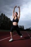 женщина следа простирания lunge атлетики спортсмена Стоковая Фотография
