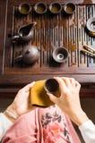 Женщина служа традиционно подготовленный китайский тройник Стоковое Изображение RF