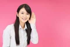 Женщина слушает тщательно стоковая фотография