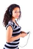 Женщина слушая к нот стоковое фото