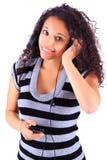 Женщина слушая к нот стоковое изображение rf