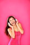 Женщина слушая к нот Стоковая Фотография