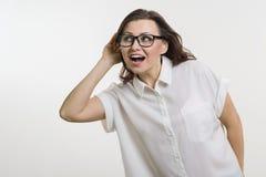 Женщина слушая к что-то держа руку около ее уха стоковые фотографии rf