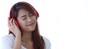 Женщина слушая музыку от красных наушников сток-видео