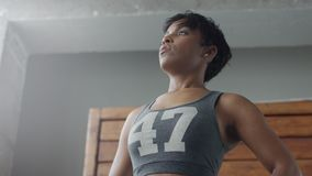 Женщина смешанных rae Афро-американская имеет остатки во время ее разминки дышая глубоко сток-видео