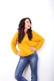 Женщина смеясь над с руками на бедрах Стоковые Фото