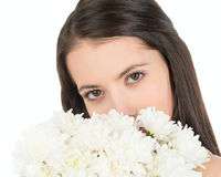 Женщина смотрит вне из-за букета белых хризантем Стоковая Фотография RF