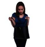 Женщина смотрит в ее сумке Стоковые Фотографии RF