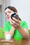 Женщина смотрит на ее коже Стоковое фото RF