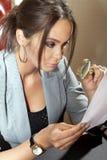 Женщина смотрит на одном документе Стоковое Изображение RF