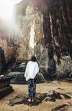 Женщина смотрит на Buduruwagala - самой старой статуе Будды в Шри-Ланке Стоковая Фотография RF