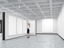 Женщина смотрит пустое изображение в художественной галерее иллюстрация вектора