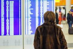 Женщина смотрит расписание стоковое изображение rf