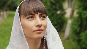 Женщина смотрит с надеждой сток-видео
