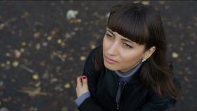 Женщина смотрит с надеждой к небу акции видеоматериалы
