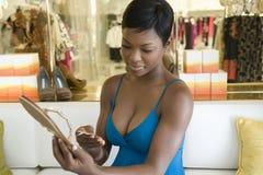 Женщина смотрит ценник на Jewelled темповых сальто сальто Стоковое Изображение