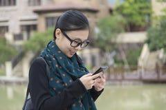 Женщина смотрит monile стоковая фотография rf