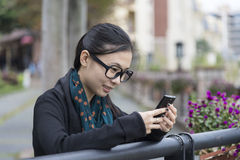 Женщина смотрит monile стоковые изображения rf