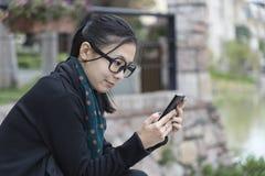 Женщина смотрит monile стоковое изображение rf