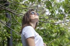 Женщина смотря вверх на парке города стоковые изображения rf