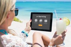 Женщина смотря вебсайт обучения по Интернетуу стоковые изображения rf
