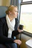 Женщина смотря вне окно поезда задумчивое стоковые фотографии rf