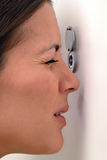 Женщина смотря вне через peephole стоковое фото rf