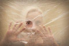Женщина смотря вспугнутый через отверстие Стоковое Изображение