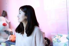Женщина смотря дисплей окна магазина Стоковое фото RF