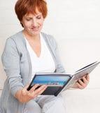 Женщина смотря книгу фото Стоковые Фото